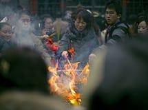 Incienso ardiente de la gente sobre el altar del incienso en templo Foto de archivo libre de regalías