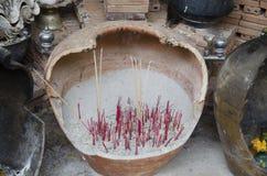 Incienso ardiente en el pote o el turíbulo del palillo de ídolo chino para el respecto y las RRPP Fotos de archivo