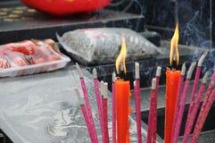 Incienso chino y vela roja imagenes de archivo