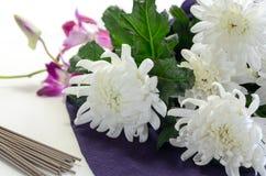 Incienso del palillo con las flores blancas Foto de archivo