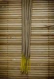 Incienso ligero en la estera de bambú Fotos de archivo