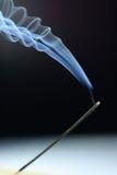 Incienso que fuma Imagenes de archivo