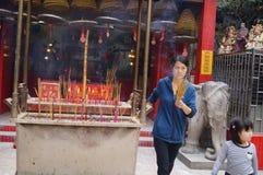 Incienso y adoración Buda de la quemadura Foto de archivo