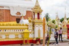Incienso y velas de la flor en Wat Phra That Phanom, Fotografía de archivo