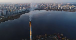 Incineradora de la basura Planta inútil del incinerador con la chimenea que fuma El problema de la contaminación ambiental cerca almacen de metraje de vídeo