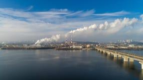 Incineradora de la basura Planta inútil del incinerador con la chimenea que fuma El problema de la contaminación ambiental cerca Imagenes de archivo