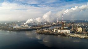 Incineradora de la basura Planta inútil del incinerador con la chimenea que fuma El problema de la contaminación ambiental cerca Fotografía de archivo libre de regalías