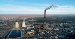 Incineradora de la basura Planta inútil del incinerador con la chimenea que fuma El problema de la contaminación ambiental cerca almacen de video