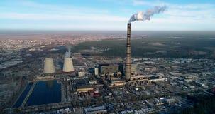 Incineradora de la basura Planta inútil del incinerador con la chimenea que fuma El problema de la contaminación ambiental cerca metrajes