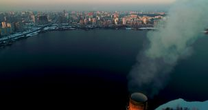 Incineradora de la basura Planta inútil del incinerador con la chimenea que fuma El problema de la contaminación ambiental por la almacen de metraje de vídeo