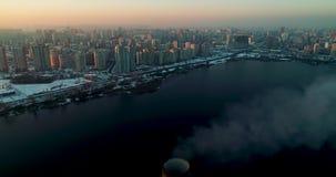Incineradora de la basura Planta inútil del incinerador con la chimenea que fuma El problema de la contaminación ambiental por la almacen de video