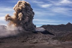 Incinere a vinda da cratera do vulcão ativo Mt Bromo durante a erupção em janeiro de 2016 fotografia de stock