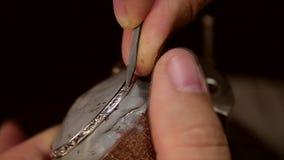 Incisione del metallo dell'orlo dell'orologio video d archivio