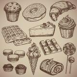 Incisione dell'insieme dolce: muffin, ciambella, croissant, cialde, torta di formaggio, capcake, maccheroni, barra di cioccolato, Fotografie Stock