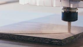 Incisione di CNC del primo piano Fresatrice che taglia pezzo in lavorazione di legno video d archivio