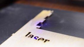 Incisione laser su legno Fondo tecnologico moderno industriale Il laser della stampante brucia il modello su un bordo di legno stock footage