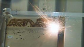 Incisione laser sul pezzo del metallo con le scintille luminose archivi video