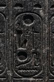 Incisioni allusive a mitologia egiziana, fatta in pietra immagini stock libere da diritti
