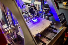 Incisore del laser che incide bordo di legno fotografia stock libera da diritti