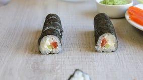 incitando sushi donna a rotolare i frutti di mare