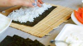 incitant sushi la femme à rouler des fruits de mer banque de vidéos