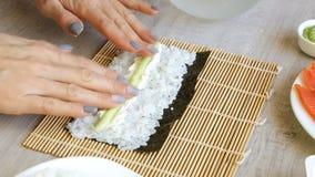incitant sushi la femme à rouler des fruits de mer clips vidéos
