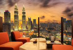 Incite a área de um hotel que possa ver a arquitetura da cidade no por do sol Foto de Stock Royalty Free