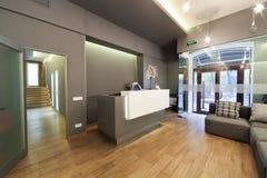 Incite a entrada com mesa de recepção em uma clínica dental imagens de stock royalty free
