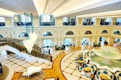 Incite o interior do hotel de luxo na iluminação da noite fotografia de stock