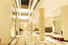 Incite o interior do hotel de luxo na iluminação da noite imagem de stock royalty free