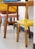 Inciti la sedia del sedile del salotto nello stile minimo moderno del sottotetto fotografie stock libere da diritti