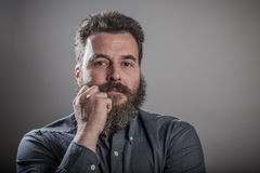 Inclinándose en el puño, retrato enorme de la barba, hombre caucásico adulto maduro Fotos de archivo