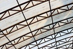 Inclinándose la cuesta del tejado, plástico en el marco metálico Imágenes de archivo libres de regalías
