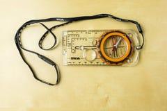 Inclinómetro y compás orienteering con el acollador - Silva imagen de archivo