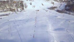 Inclinação aérea da neve da paisagem com o elevador do esqui na estância de esqui do inverno Atividade do inverno na opinião luxu vídeos de arquivo