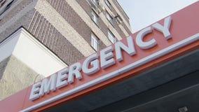 Inclinação acima da ideia da entrada principal do sinal do serviço de urgências com inscrição, letras brancas video estoque