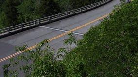 A inclinação acima da motocicleta cruza Linn Cove Viaduct filme