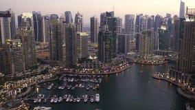 Inclinação acima da vista elevado do porto de Dubai filme