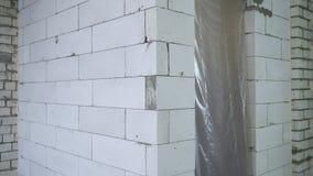 Inclinação acima da vista da parede ventilada recentemente colocada do bloco de cimento no local da reconstrução filme
