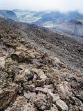 Inclinação com campo de lava endurecido em Monte Etna fotos de stock
