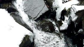 Inclinação da cachoeira do inverno abaixo do movimento lento vídeos de arquivo