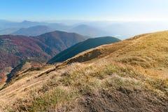 Inclinação da grama da montanha no vale de Vratna slovakia fotografia de stock royalty free