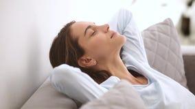 Inclinação de descanso da jovem mulher relaxado calma no sofá macio confortável video estoque