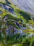 Inclinação de montanha com o lago pequeno no botom imagens de stock