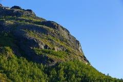 A inclinação de montanha iluminada pelo sol no por do sol imagens de stock royalty free