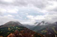 Inclinação de montanha na névoa Fotografia de Stock Royalty Free