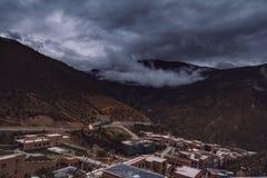 inclinação de montanha na nuvem de encontro com as coníferas sempre-verdes encobertas na névoa em uma opinião cênico da paisagem Foto de Stock