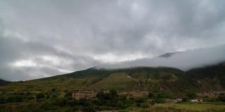 inclinação de montanha na nuvem de encontro com as coníferas sempre-verdes encobertas na névoa em uma opinião cênico da paisagem Imagem de Stock