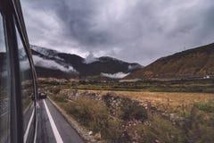Inclinação de montanha na nuvem de encontro com o campo na névoa em uma opinião cênico da paisagem Foto de Stock