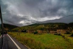 Inclinação de montanha na nuvem de encontro com o campo na névoa em uma opinião cênico da paisagem Fotos de Stock Royalty Free